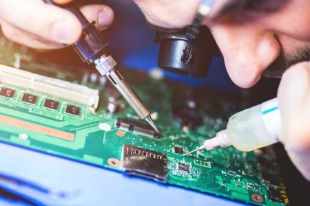 Razvijalec elektronske strojne opreme